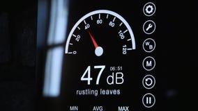 Κινηματογράφηση σε πρώτο πλάνο της οθόνης υγιών μετρητών για να μετρήσει το επίπεδο θορύβου γύρω Ηλεκτρονική και συσκευές απόθεμα βίντεο