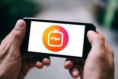 Κινηματογράφηση σε πρώτο πλάνο της οθόνης smartphone με τη TV Instagram ή το ΛΟΓΌΤΥΠΟ ή το ΕΙΚΟΝΊΔΙΟ IGTV και hashtag στοκ φωτογραφία με δικαίωμα ελεύθερης χρήσης