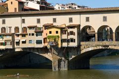 Κινηματογράφηση σε πρώτο πλάνο της παλαιάς γέφυρας Ponte Vecchio πέρα από τον ποταμό Arno - Φλωρεντία, Τοσκάνη, Ιταλία Στοκ Εικόνα