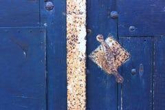 Κινηματογράφηση σε πρώτο πλάνο της παλαιάς μπλε πόρτας με τη λαβή πορτών Στοκ εικόνες με δικαίωμα ελεύθερης χρήσης