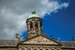 Κινηματογράφηση σε πρώτο πλάνο της πρόσοψης με τα γλυπτά και του θόλου με το χρυσό ρολόι στη Royal Palace του Άμστερνταμ στοκ φωτογραφία με δικαίωμα ελεύθερης χρήσης