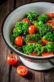 Κινηματογράφηση σε πρώτο πλάνο της σαλάτας κατσαρού λάχανου με τα πράσινα μπιζέλια και τις ντομάτες κερασιών Στοκ φωτογραφίες με δικαίωμα ελεύθερης χρήσης