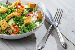 Κινηματογράφηση σε πρώτο πλάνο της σαλάτας με το arugula και τις ντομάτες Στοκ Εικόνα