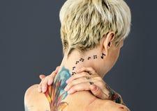 Κινηματογράφηση σε πρώτο πλάνο της τόπλες γυναίκας με τη δερματοστιξία στοκ φωτογραφία