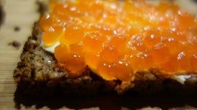 Κινηματογράφηση σε πρώτο πλάνο της φέτας του ψωμιού με το χαβιάρι Στοκ Φωτογραφίες