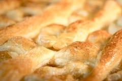 Κινηματογράφηση σε πρώτο πλάνο της ψημένης πίτας με τη μαρμελάδα μήλων Στοκ φωτογραφίες με δικαίωμα ελεύθερης χρήσης