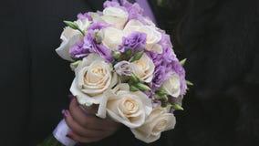 Κινηματογράφηση σε πρώτο πλάνο της όμορφης γαμήλιας ανθοδέσμης των τριαντάφυλλων φιλμ μικρού μήκους