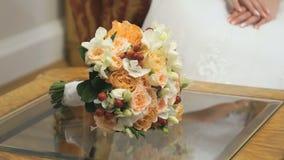 Κινηματογράφηση σε πρώτο πλάνο της όμορφης γαμήλιας ανθοδέσμης των τριαντάφυλλων απόθεμα βίντεο