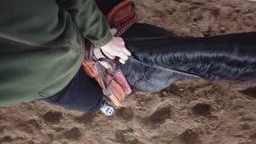 Κινηματογράφηση σε πρώτο πλάνο, τοπ άποψη, προσθετικό πόδι μιας συνεδρίασης ατόμων καβάλλα σε ένα άλογο φιλμ μικρού μήκους