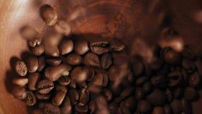 Κινηματογράφηση σε πρώτο πλάνο, τοπ πτώση φασολιών καφέ άποψης σε ένα πιάτο αργίλου φιλμ μικρού μήκους
