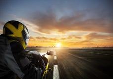 Κινηματογράφηση σε πρώτο πλάνο του έξοχου οδηγού αθλητικών μοτοσικλετών στοκ φωτογραφίες με δικαίωμα ελεύθερης χρήσης