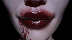 Κινηματογράφηση σε πρώτο πλάνο του απόκοσμου στόματος χαμόγελου γυναικών στο αίμα Στοκ Εικόνες
