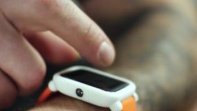 Κινηματογράφηση σε πρώτο πλάνο του ατόμου που χρησιμοποιεί το Smartwatch τ απόθεμα βίντεο