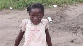 Κινηματογράφηση σε πρώτο πλάνο του αφρικανικού κοριτσιού, χαμόγελο φιλμ μικρού μήκους
