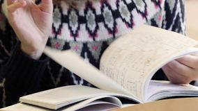Κινηματογράφηση σε πρώτο πλάνο του βιβλίου εγγράφου, σημειωματάριο, ημερολόγιο στον πίνακα στο πανεπιστήμιο Κορίτσι που βγάζει φύ απόθεμα βίντεο