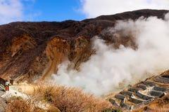 Κινηματογράφηση σε πρώτο πλάνο του βουνού στον καπνό owakudani που βγαίνει από Hakone, Ja Στοκ Εικόνες