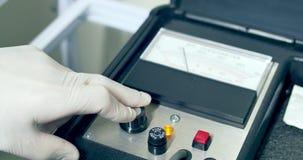 Κινηματογράφηση σε πρώτο πλάνο του γιατρού που λειτουργεί με τη ιατρική συσκευή απόθεμα βίντεο