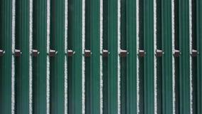 Κινηματογράφηση σε πρώτο πλάνο του γκρίζου τοίχου φραγμών φιλμ μικρού μήκους