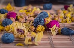 Κινηματογράφηση σε πρώτο πλάνο του διαφορετικού καλού αρωματικού τσαγιού λουλουδιών στοκ εικόνα