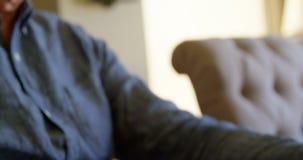 Κινηματογράφηση σε πρώτο πλάνο του ενεργού ανώτερου ατόμου που χρησιμοποιεί το lap-top στο σπίτι 4k απόθεμα βίντεο