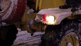 Κινηματογράφηση σε πρώτο πλάνο του εξοπλισμού αφαίρεσης χιονιού λειτουργώντας τη νύχτα στην οδό απόθεμα βίντεο
