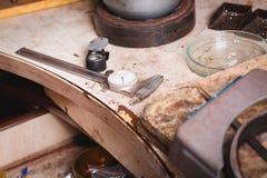 Κινηματογράφηση σε πρώτο πλάνο του εξοπλισμού παραγωγής κοσμήματος σε ένα επιτραπέζιο υπόβαθρο Επάγγελμα χρυσοχόων Αναδρομικό σύν Στοκ φωτογραφία με δικαίωμα ελεύθερης χρήσης