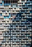 Κινηματογράφηση σε πρώτο πλάνο του εξωτερικού σχεδίου παραθύρων κατοικημένου κτηρίου Στοκ Εικόνες