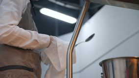 Κινηματογράφηση σε πρώτο πλάνο του εργαζομένου κουζινών σκουπίζοντας κουτάλια στα άσπρα ποδιών σε έναν καφέ ή ένα εστιατόριο Μήκο απόθεμα βίντεο