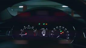 Κινηματογράφηση σε πρώτο πλάνο του εσωτερικού μπροστινού ταμπλό αυτοκινήτων, υπόγειος χώρος στάθμευσης απόθεμα βίντεο