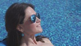 Κινηματογράφηση σε πρώτο πλάνο του ευτυχούς θηλυκού προσώπου στα γυαλιά ηλίου, γυναικών απόθεμα βίντεο
