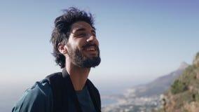 Κινηματογράφηση σε πρώτο πλάνο του ευτυχούς οδοιπόρου με τις διόπτρες ενάντια στον ουρανό απόθεμα βίντεο