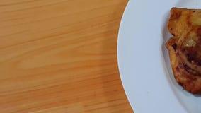 Κινηματογράφηση σε πρώτο πλάνο του εύγευστου σπιτιού που γίνεται τις πικάντικες και τραγανές ζύμες samosa απόθεμα βίντεο