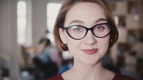 Κινηματογράφηση σε πρώτο πλάνο του εύθυμου καυκάσιου χαμόγελου επιχειρησιακών γυναικών στη κάμερα, που αυξάνει τα φρύδια Ευτυχής  απόθεμα βίντεο
