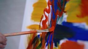 Κινηματογράφηση σε πρώτο πλάνο του ζωγράφου που κάνει ένα κτύπημα απόθεμα βίντεο