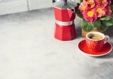 Κινηματογράφηση σε πρώτο πλάνο του καυτών καφέ, του moka-δοχείου και των λουλουδιών Στοκ εικόνες με δικαίωμα ελεύθερης χρήσης
