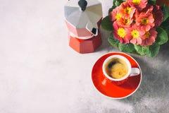 Κινηματογράφηση σε πρώτο πλάνο του καυτών καφέ, του moka-δοχείου και των λουλουδιών Στοκ Εικόνα
