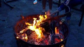 Κινηματογράφηση σε πρώτο πλάνο του καψίματος του ξύλου πυρκαγιάς στην εγχώρια εστία φιλμ μικρού μήκους