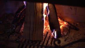Κινηματογράφηση σε πρώτο πλάνο του καψίματος του ξύλου στην εστία στο σκοτάδι απόθεμα βίντεο