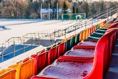 Κινηματογράφηση σε πρώτο πλάνο του κενών ζωηρόχρωμων ποδοσφαίρου & x28 Soccer& x29  Καθίσματα σταδίων το χειμώνα που καλύπτεται σ στοκ εικόνες με δικαίωμα ελεύθερης χρήσης