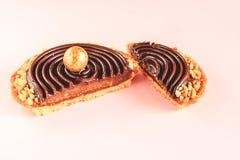 Κινηματογράφηση σε πρώτο πλάνο του κομμένου tartalet με την καραμέλα που καλύπτεται με τη σοκολάτα ganache, διακοσμημένος με τα τ στοκ φωτογραφίες
