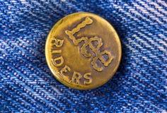 Κινηματογράφηση σε πρώτο πλάνο του κουμπιού μετάλλων του εμπορικού σήματος του Lee Στοκ εικόνες με δικαίωμα ελεύθερης χρήσης