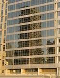 Κινηματογράφηση σε πρώτο πλάνο του κτιρίου γραφείων γυαλιού με τις αντανακλάσεις και sunflare την επίδραση Στοκ Εικόνες
