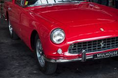 Κινηματογράφηση σε πρώτο πλάνο του κόκκινου ferrari 250 GT που αποκαθίσταται Στοκ εικόνα με δικαίωμα ελεύθερης χρήσης