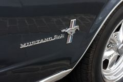 Κινηματογράφηση σε πρώτο πλάνο του μάστανγκ 2+2 της Ford λογότυπο στοκ φωτογραφίες