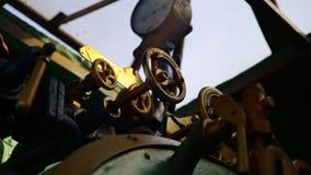 Κινηματογράφηση σε πρώτο πλάνο του μανόμετρου, των σωλήνων και των βαλβίδων στροφίγγων του τραίνου ατμού απόθεμα βίντεο