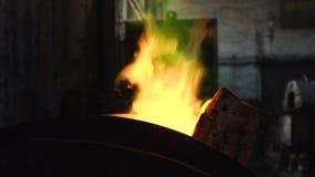 Κινηματογράφηση σε πρώτο πλάνο του μεγάλου λειώνοντας φούρνου σιδήρου με την κιτρινοπράσινη φλόγα στην κορυφή στο παλαιές μεταλλο φιλμ μικρού μήκους