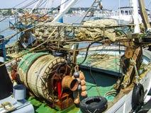 Κινηματογράφηση σε πρώτο πλάνο του μεσογειακού εξοπλισμού αλιείας στο λιμάνι Anzio, Ιταλία Στοκ Φωτογραφία
