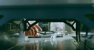 Κινηματογράφηση σε πρώτο πλάνο του μηχανικού που παίρνει προστατευτικό eyewear 4k απόθεμα βίντεο