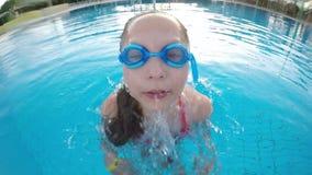 Κινηματογράφηση σε πρώτο πλάνο του μικρού κοριτσιού που προκύπτει από την πισίνα απόθεμα βίντεο