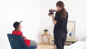 Κινηματογράφηση σε πρώτο πλάνο του νέου επαγγελματικού φωτογράφου στα μαύρα ενδύματα που παίρνουν τις φωτογραφίες του νέου προτύπ απόθεμα βίντεο